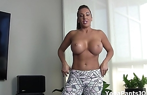 Richelle Ryan'_s big ass in yoga pants!