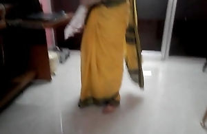 Desi tamil Married aunty exposing belly button in saree less audio